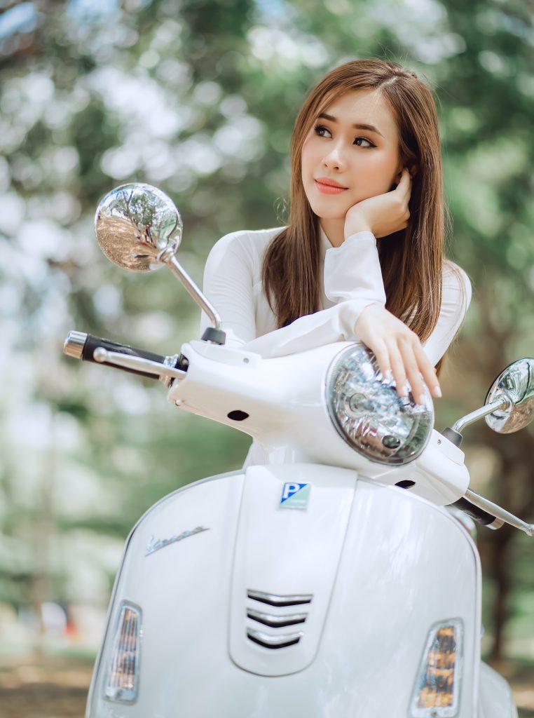 assise sur un scooter, jeune femme confiance en soi